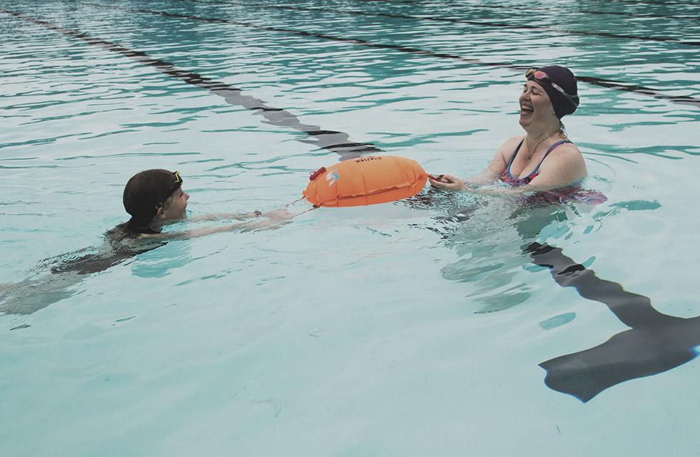 Veilig zwemmen met de Swim Secure Tow Floats bij Zwem.men